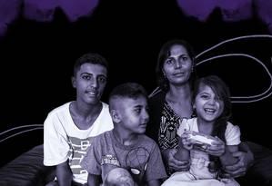 Fatima com os filhos Lawand, de 15 anos, Laith, de 7, e Simaf, de 4 Foto: Arte de Luiz Lopes sobre foto divulgação (ACNUR)