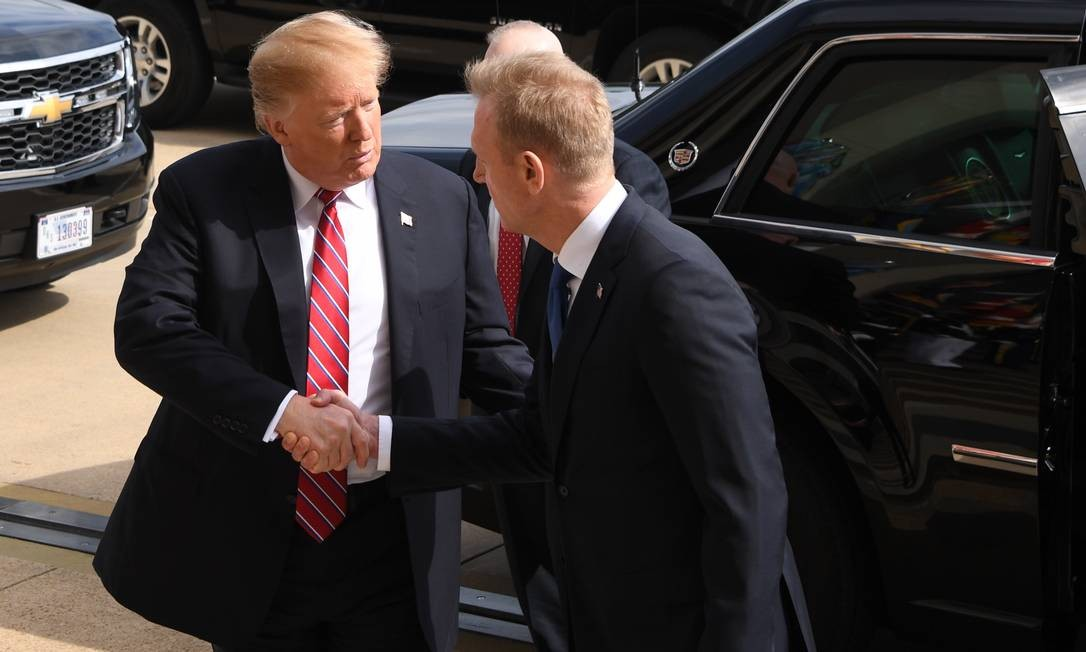 O presidente dos EUA, Donald Trump, é recebido pelo secretário interino de Defesa, Patrick Shanahan, enquanto Trump chega ao Pentágono, em Washington, para reuniões com altos chefes militares Foto: JIM WATSON / AFP
