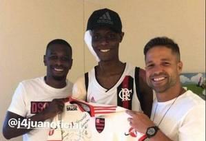 Jhonata Ventura, ferido em incêndio do Flamengo, com Diego e Juan Foto: Reprodução/Instagram