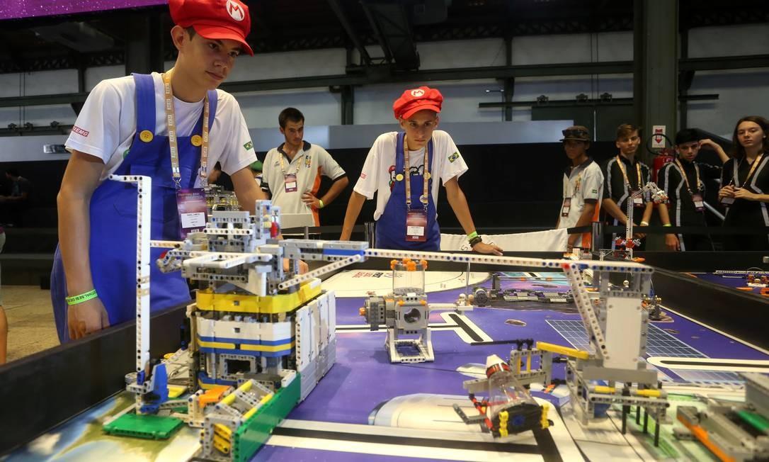 Daniel Campos e Murilo Araújo, da equipe Lego Bros, disputam com outras 83 equipes o torneio First Lego League Foto: Fabiano Rocha / Agência O Globo