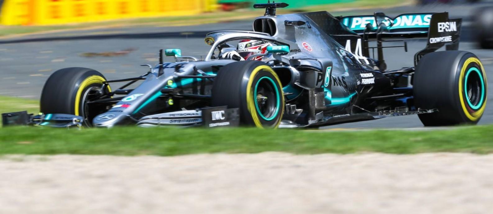 Lewis Hamilton acelera durante os treinos livres desta sexta no GP de Melbourne de Fórmula 1 Foto: ASANKA BRENDON RATNAYAKE / AFP