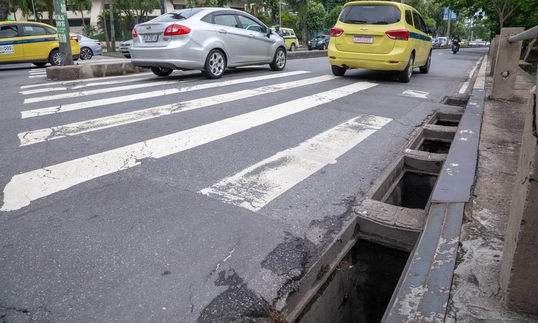 Em sequência, cinco bueiros sem tampa na Avenida Maracanã, próximo à esquina com a Rua Eurico Rabelo Foto: Bruno Kaiuca / Agência O Globo