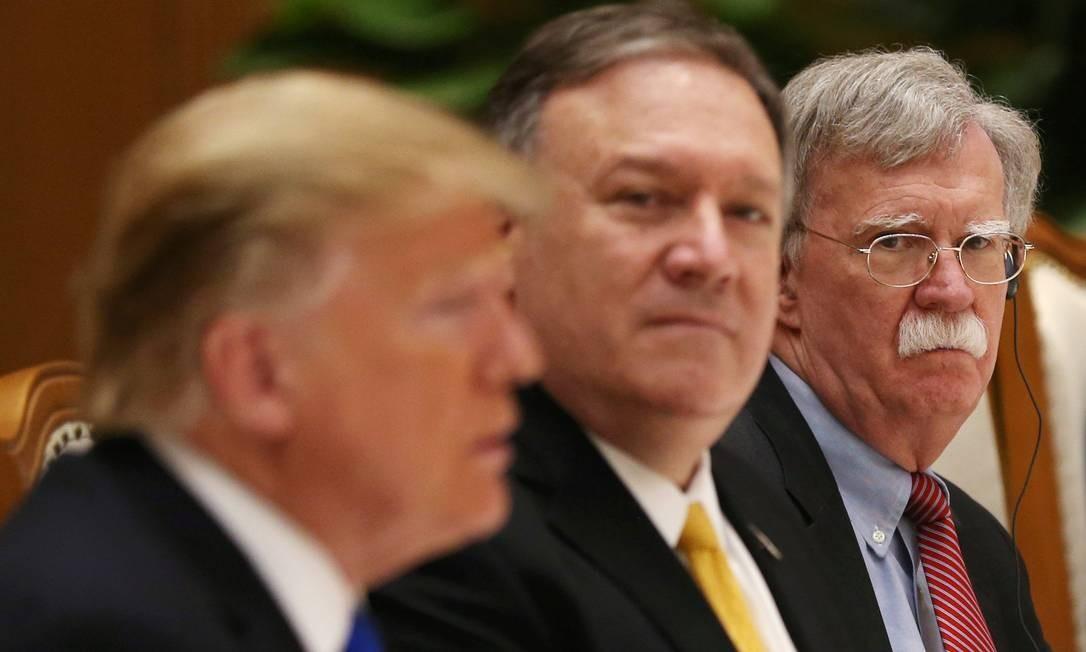 Presidente americano, Donald Trump, é observado por secretário de Estado, Mike Pompeo, e conselheiro de Segurança Nacional, John Bolton, durante encontro com lideranças norte-coreanas no Vietnã Foto: LEAH MILLIS / REUTERS
