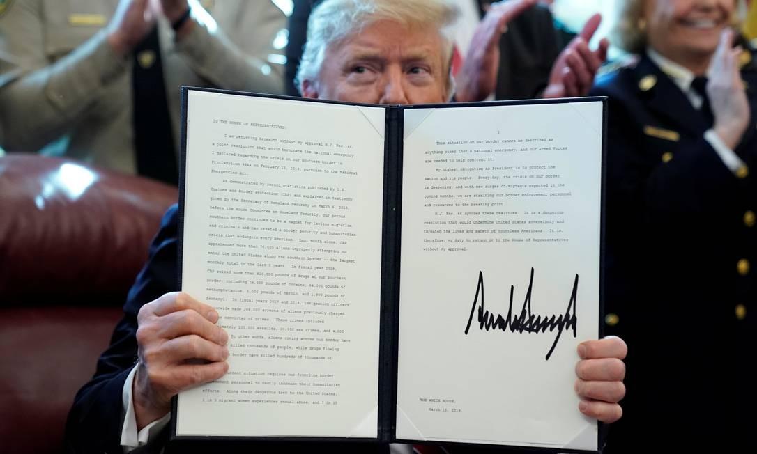 Donald Trump exibe veto à resolução do Congresso que derrubava sua declaração de emergência nacional Foto: JONATHAN ERNST / REUTERS