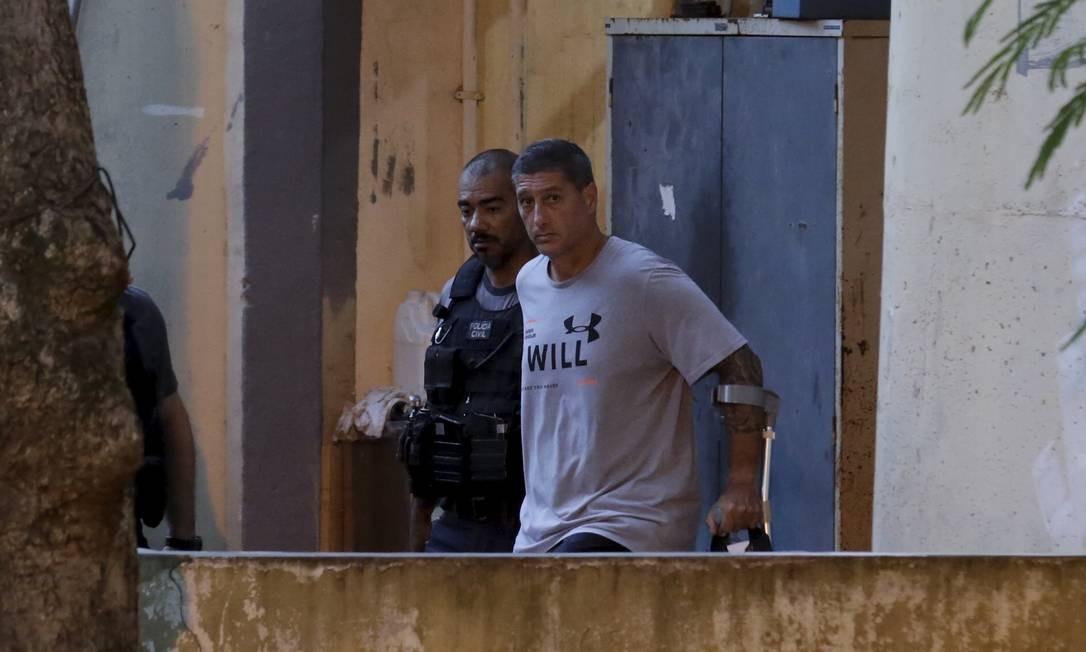 Ronnie Lessa, apontado pela investigação como o homem que disparou contra Marielle, deixou a DH de muletas; ele perdeu uma perna num atentado a bomba Foto: Marcelo Theobald / Agência O Globo