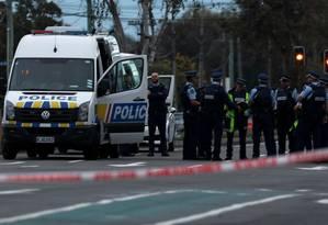 Policiais se reúnem em volta da Mesquita Linwood, em Christchurch, após os ataques na Nova Zelândia Foto: EDGAR SU / REUTERS