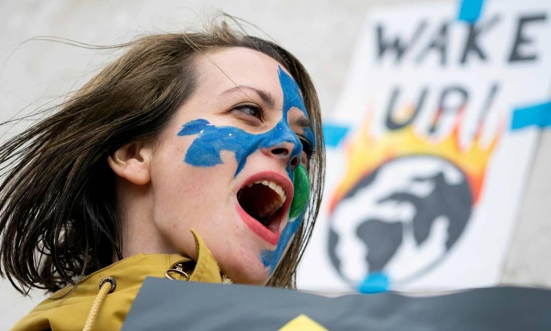 """Uma jovem austríaca grita palavras de ordem durante protesto fora do Palácio de Hofburg, em Viena, como parte do movimento """"Fridays For Future"""" (""""Sexta-feiras pelo futuro"""") em um dia global de protestos estudantis com o objetivo de incitar líderes mundiais a combater a mudança climática. Os protestos em todo o mundo foram inspirados pela ativista adolescente sueca Greta Thunberg, que acampou em frente ao parlamento em Estocolmo no ano passado para exigir uma ação dos líderes mundiais sobre o aquecimento global Foto: JOE KLAMAR / AFP"""