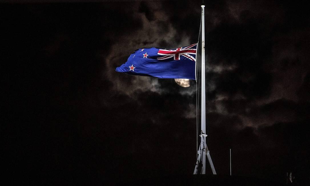 A bandeira nacional da Nova Zelândia é hasteada a meio mastro em um prédio do Parlamento, em Wellington, após um ataque promovido por um atirador em duas mesquitas em Christchurch. Atentado deixou pelo menos 49 mortos Foto: MARTY MELVILLE / AFP