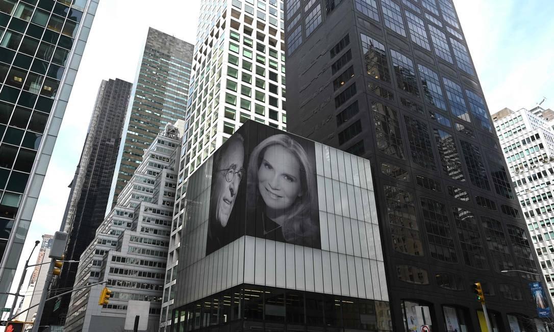 Harry Macklowe, o criador do edifício 432 Park Avenue de Nova York, o edifício residencial mais alto do hemisfério ocidental, é retratado ao lado de uma foto de sua nova esposa, Patricia Landeau, a 3,5 metros de altura, ao lado de sua rua Park Avenue. O magnata imobiliário havia terminado recentemente um divórcio de 14 semanas e usou o gesto para celebrar sua nova esposa Foto: TIMOTHY A. CLARY / AFP
