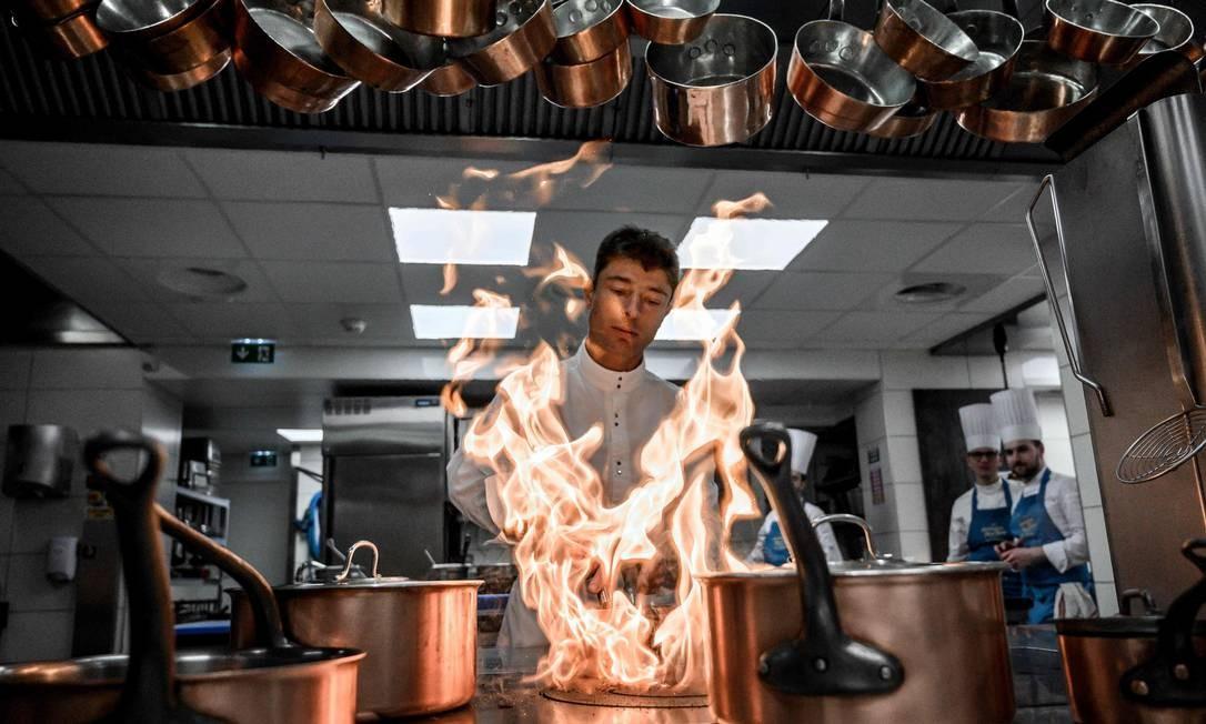 O chef francês Jean Sulpice trabalha na cozinha de seu restaurante L'Auberge du Pere Bise, em Talloires-Montmin, depois de competir na segunda etapa da 34ª edição da corrida de esqui de montanha Pierre Menta Foto: JEFF PACHOUD / AFP