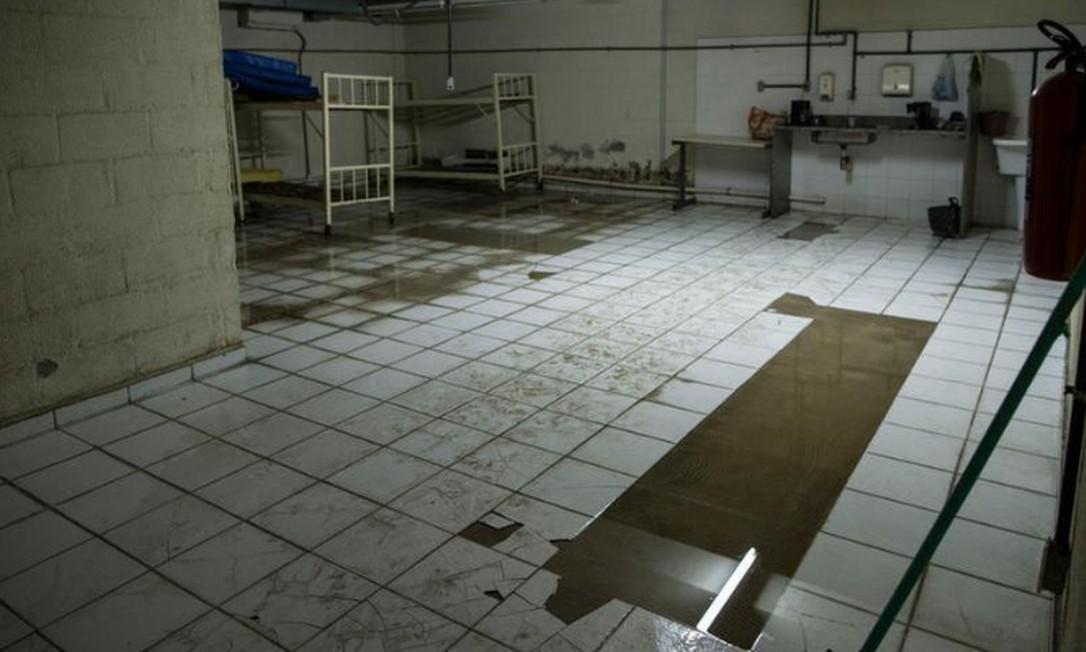 Sala com piso quebrado e molhado, devido a infiltrações: Ministério Público pediu obras no IML Foto: Guito Moreto / Agência O GLOBO