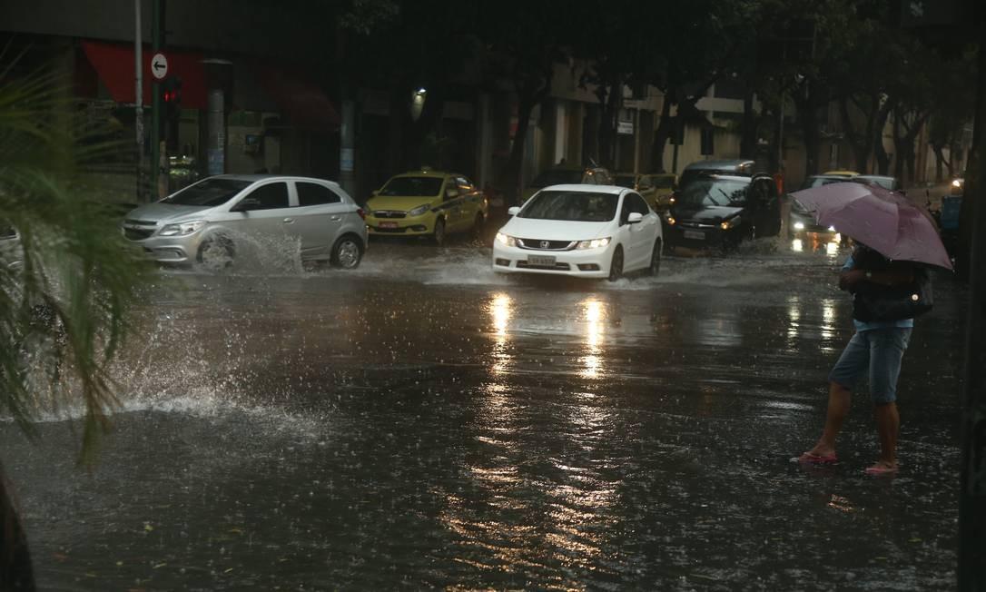 Forte chuva atingiu a cidade na noite desta sexta-feira Foto: Fabiano Rocha / Agência O Globo - 11/03/2019