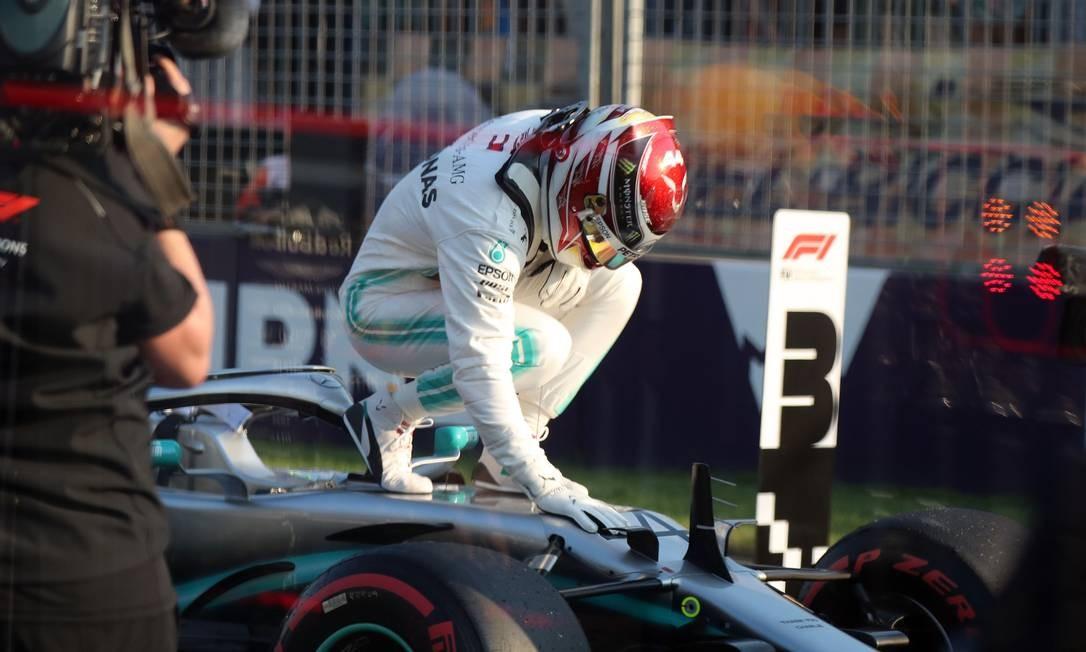 Lewis Hamilton larga na primeira posição no GP da Austrália Foto: ASANKA BRENDON RATNAYAKE / AFP