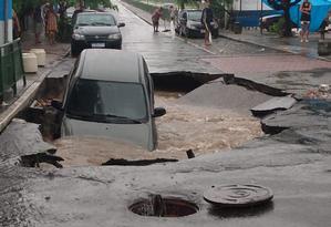 Em Guadalupe, o asfalto cedeu e um carro foi engolido pelo solo após um afundamento de pista atingir um trecho Rua Marcos de Macedo Foto: Reprodução/rede social