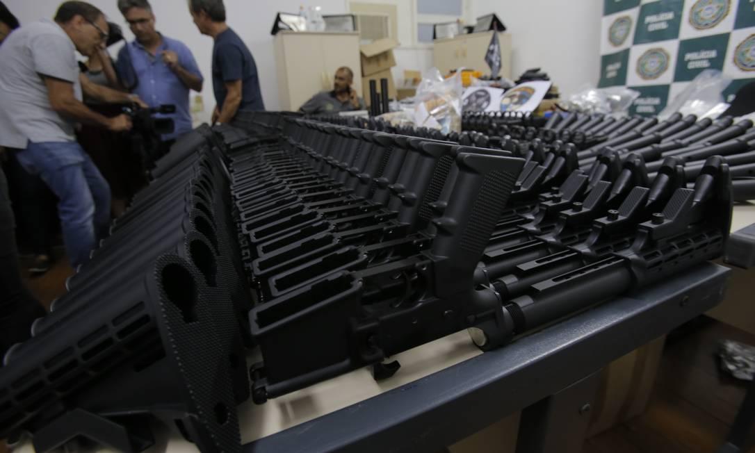 Maior apreensão de fuzis da história da Polícia Civil; armas são atribuídas a Ronnie Lessa Foto: Alexandre Cassiano / Agência O GLOBO
