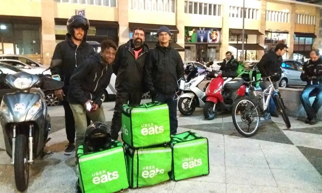 O brasileiro Paulo Gazzoli (terceiro da esquerda para a direita) foi assaltado dezenas de vezes no Brasil e decidiu imigrar para Portugal. Agora trabalha com entregas por moto para o Uber Eats. Foto: Gian Amato / Agência O Globo