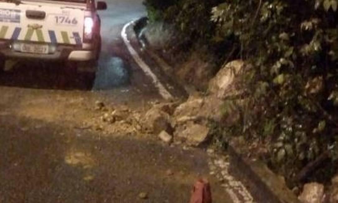 Uma faixada autoestrada Grajaú-Jacarepaguá está ocupada no sentido Grajaú, naaltura doquilômetro6, diante de uma queda de barreira Foto: Centro de Operações Rio