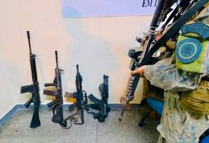 Quatro fuzis são apreendidos pelo Bope durante operação na Comunidade da Barão, Praça Seca. Houve confronto e três criminosos foram feridos, sendo todos socorridos ao HCC Foto: Reprodução/redes sociais