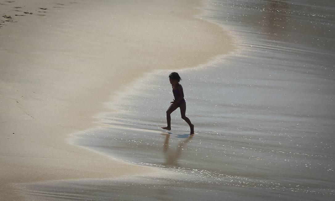 No Leblon, criança brinca ao calor da manhã e frescor do mar Foto: Pablo Jacob / Agência O Globo
