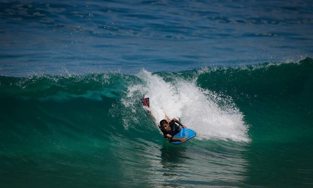 Surfista pega onda com prancha bodyboard em Ipanema Foto: Pablo Jacob / Agência O Globo