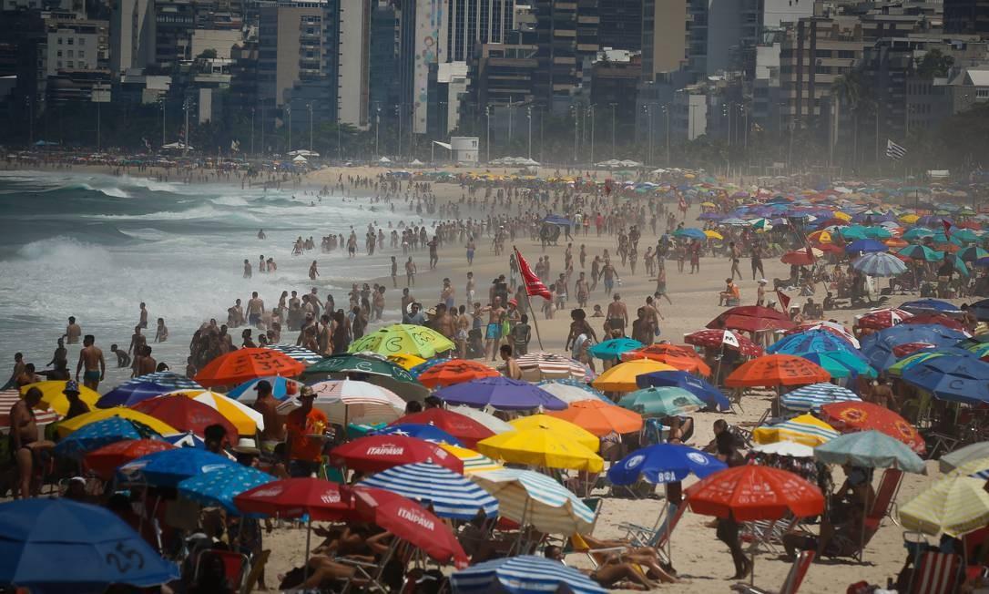 Areia de Ipanema ficou lotada durante a manhã. A temperatura, até 11h, teve máxima de 31,5° registrada em Santa Cruz Foto: Pablo Jacob / Agência O Globo