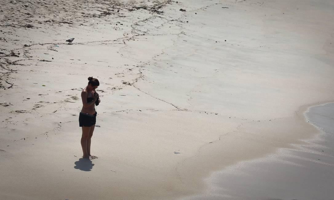 Uma mulher pratica ioga diante do mar do Leblon Foto: Pablo Jacob / Agência O Globo