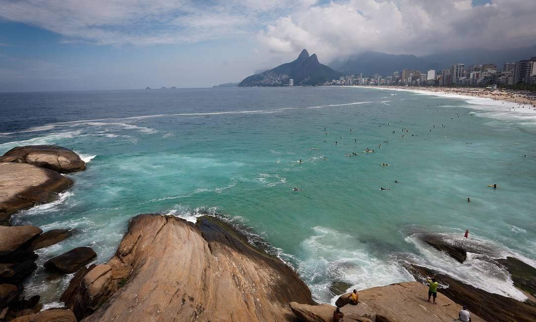 Surfistas aproveitam as ondas em Ipanema Foto: Pablo Jacob / Agência O Globo