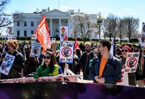 manifestantes brasileiros e americanos protestam contra a visita do presidente Jair Bolsonaro a Washington Foto: ERIC BARADAT / AFP