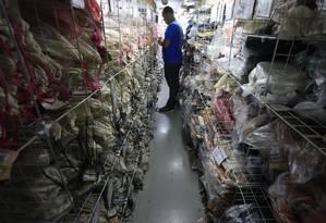 Funcionário confere mercadoria no jirau, usado para armazenamento de produtos: Fazenda passou a incluir cobrança pelo espaço no IPTU deste ano Foto: Roberto Moreyra / Agência O Globo