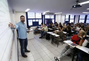 O professor Igor Daltro dá aulas de direito administrativo na Academia do Concurso para a seleção do INSS Foto: Roberto Moreyra / Agência O Globo