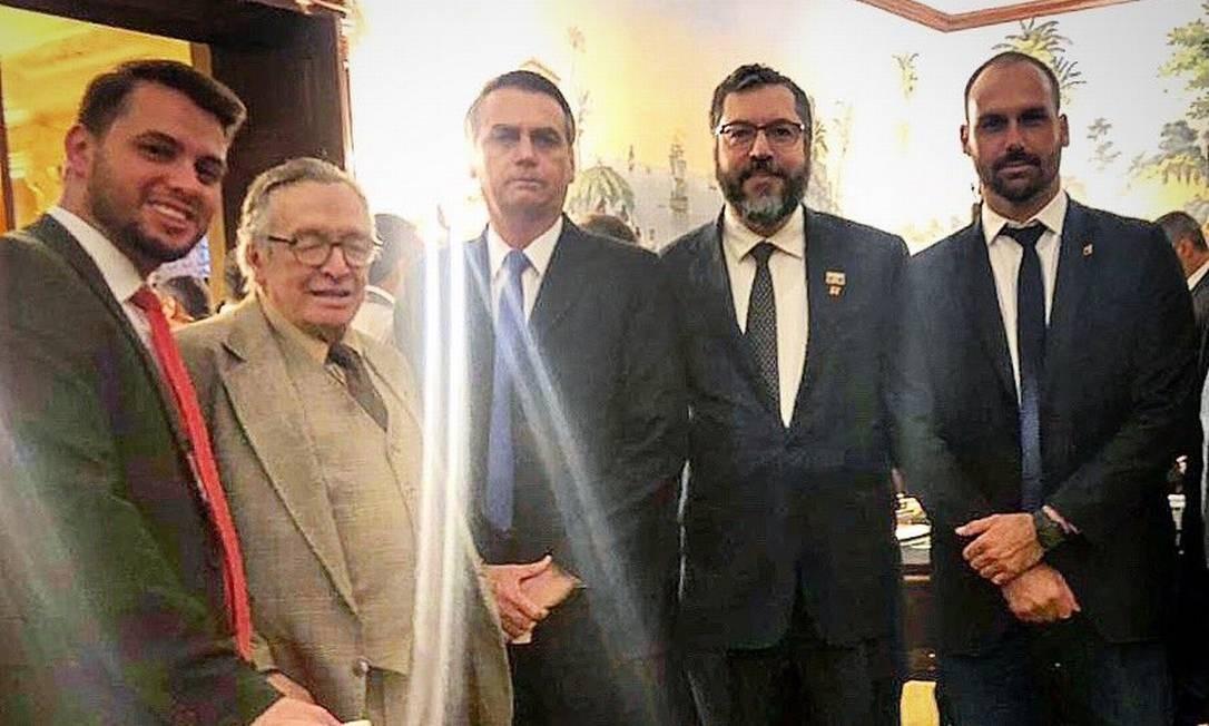 Filipe Martins (à esquerda), Olavo de Carvalho, Jair Bolsonaro, Ernesto Araújo e Eduardo Bolsonaro no jantar na embaixada do Brasil nos EUA Foto: Reprodução/ Twitter