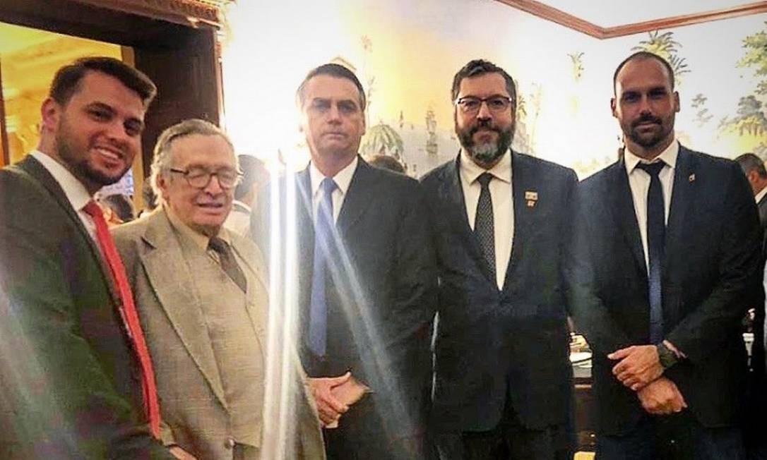 Presidente Jair Bolsonaro, acompanhado de escritor Olavo de Carvalho, chanceler Ernesto Araújo e deputado Eduardo Bolsonaro, em jantar com conservadores americanos Foto: Reprodução/Twitter