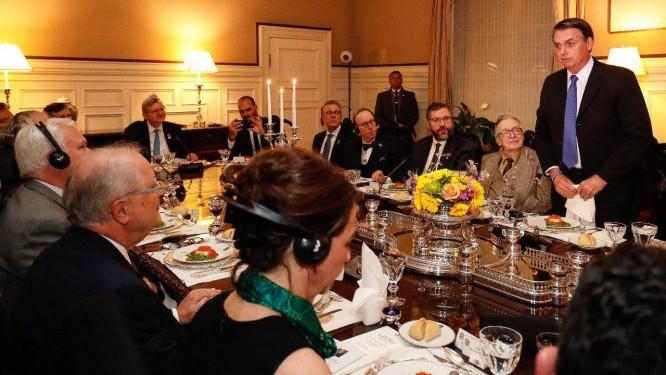 Bolsonaro no jantar na casa do embaixador Sergio Amaral, em Washington: ao lado, Olavo de Carvalho Foto: Presidência da República