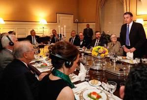 O escritor Olavo de Carvalho, à direita do presidente brasileiro, Jair Bolsonaro (de pé), durante jantar em Washington Foto: Divulgação