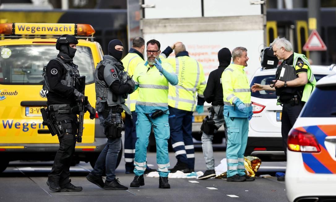 Polícia e socorristas na Praça 24 de Outubro, um Utrecht, onde homem abriu fogo Foto: ROBIN VAN LONKHUIJSEN / AFP
