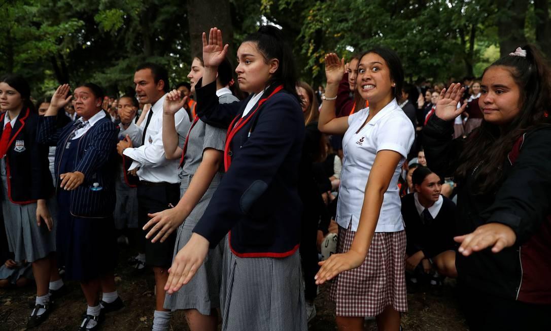 Estudantes realizam o Haka durante uma vigília pelas vítimas do tiroteio de sexta-feira, em frente à mesquita Masjid Al Noor em Christchurch, Nova Zelândia Foto: JORGE SILVA / REUTERS