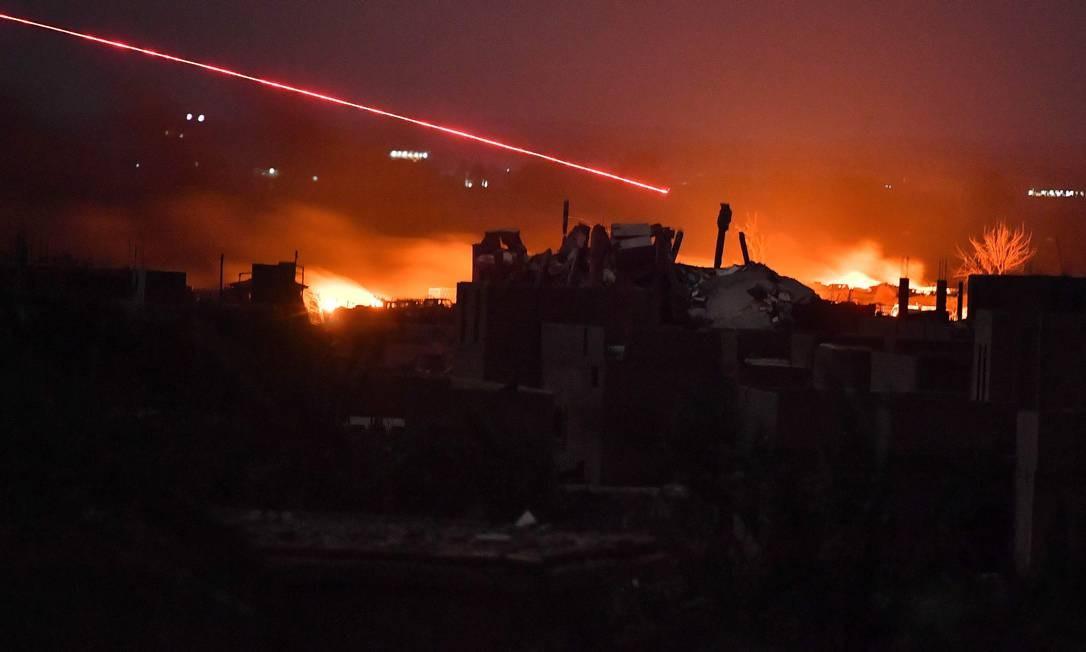Esta foto, tirada em 17 de março de 2019, mostra explosões nos restos de um acampamento de um grupo de jihadistas do Estado Islâmico Foto: GIUSEPPE CACACE / AFP