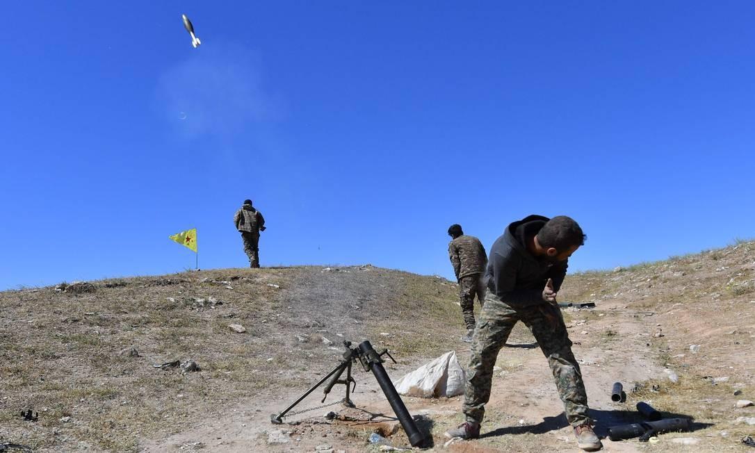 Um combatente das Forças Democráticas da Síria dispara um morteiro onde combatentes do restante do Estado Islâmico resistem. Informações locais indicam que há poucos grupos de resistência no país controlado por Bashar al-Assad Foto: GIUSEPPE CACACE / AFP