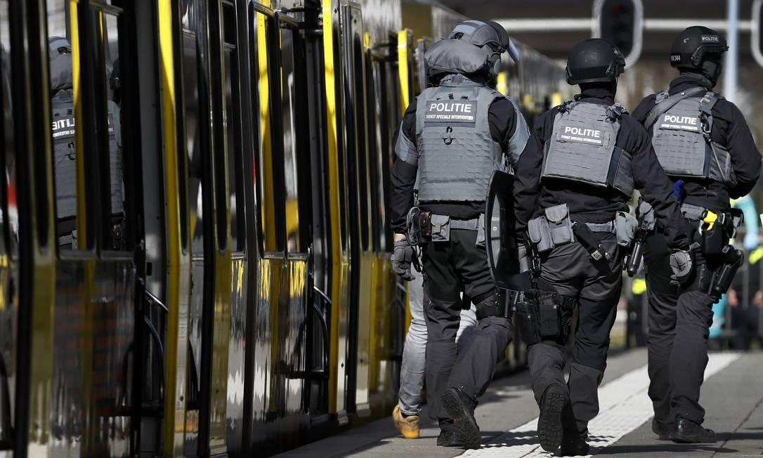 Forças policiais andam perto do bonde onde ocorreu um tiroteio. Não está claro se o suspeito agiu sozinho, enquanto a polícia afirmou, sem oferecer mais detalhes, que houve disparos em diferentes locais de Utrecht. O atirador está em fuga, segundo a polícia Foto: ROBIN VAN LONKHUIJSEN / AFP