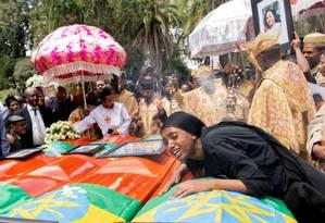 Mulher chora ao lado de caixões durante a cerimônia de sepultamento das vítimas do desastre com o 737 Max da Ethiopian Airline Catedral da Santíssima Trindade, em Addis Ababa, Etiópia, Foto: Reuters