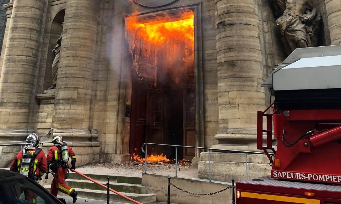 Membros da brigada de incêndio tentam conter um incêndio na igreja de Saint-Sulpice em Paris Foto: SOCIAL MEDIA / @agneswebste via REUTERS