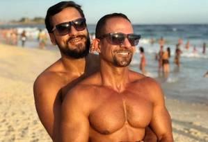 Cordeiro (à frente) publicou foto ao lado do marido para comemorar seis anos de relcionamento Foto: Reprodução/ Instagram