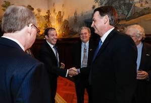 O presidente Jair Bolsonaro cumprimenta Gerald Brant, diretor do fundo de investimentos Pantera Capital Foto: Alan Santos/PR / Agência O Globo
