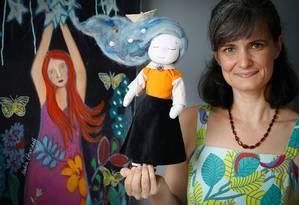 Fabiana Pereira e uma de suas criações para colecionadores Foto: Roberto Moreyra / Agência O Globo