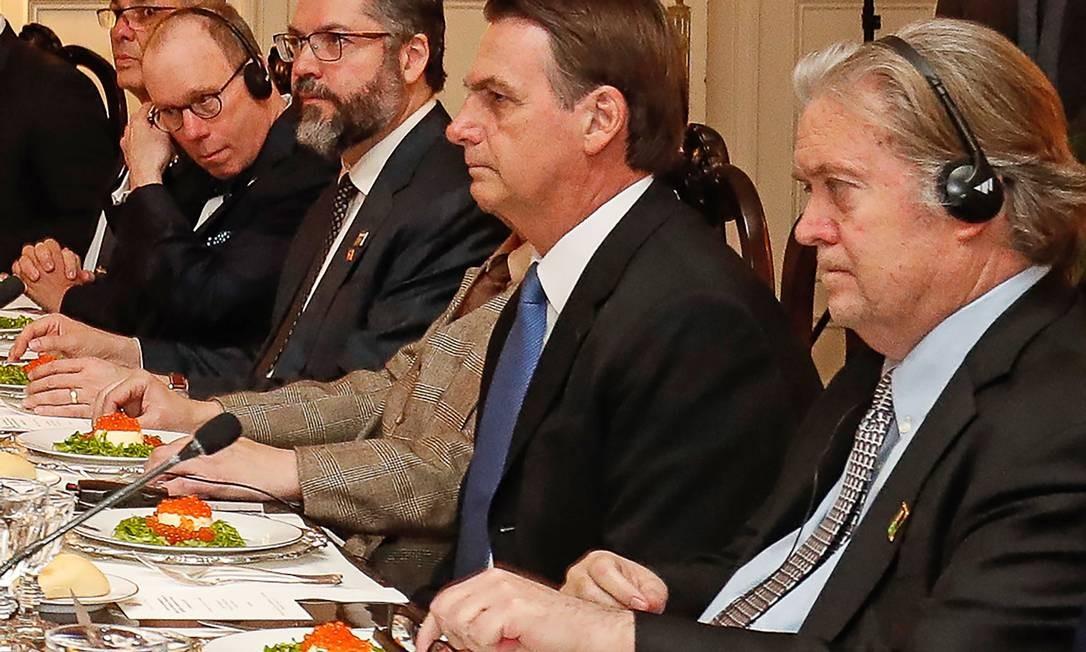 Jair Bolsonaro e Stephen Bannon (à direita) durante jantar em Washington Foto: ALAN SANTOS / AFP