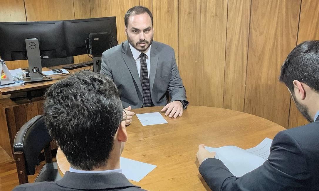 Enquanto o presidente estava nos EUA, o vice-presidente, Hamilton Mourão, assumiu a Presidência, e Carlos Bolsonaro, filho do presidente, se reuniu com deputados no Palácio do Planalto Foto: Reprodução