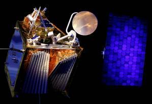 Modelo de um dos satélites da OneWeb: internet a partir do espaço. Foto: Regis Duvignau / REUTERS