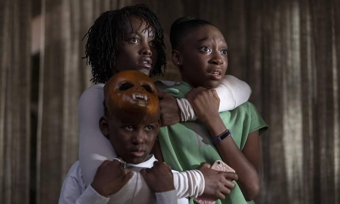 Adelaide (Lupita) e seus filhos em cena de 'Nós' Foto: Divulgação