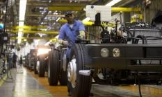 Fábrica da MAN que produz caminhões e ônibus da Wolkswagen em Resende: produção industrial caiu 0,8% em janeiro. Foto: Márcia Foletto / Agência O Globo