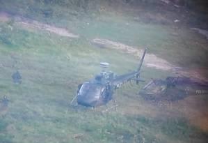 Dois helicópteros auxiliam a Polícia Civil em operação na Cidade de Deus Foto: Reprodução/ TV Globo